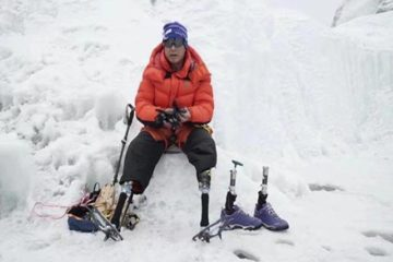 Double Amputee finally reaches Mount Everest summit without legs